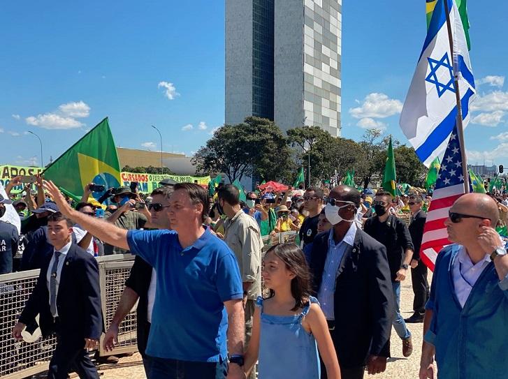 Ato pró-Bolsonaro reúne multidão em frente ao Palácio do Planalto ...
